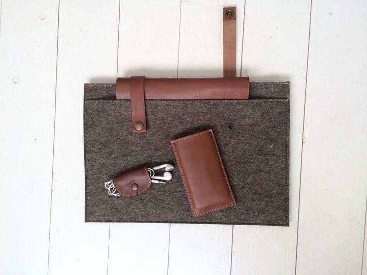 """Classic Case in sandbrown felt and cognac leather. Macbook 12"""" / 13"""" hoes Classic Case in ZandBruin. Air / Pro /Retina. Vilten hoes met leren sluitingen. door WestermanBags op Etsy https://www.etsy.com/nl/listing/246881614/macbook-12-13-hoes-classic-case-in"""
