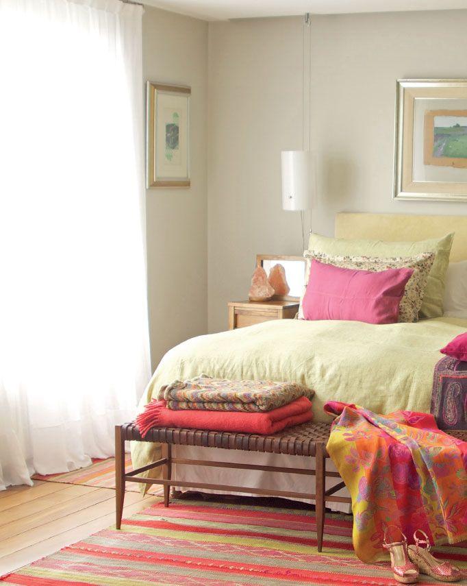 Sobre un entorno neutro, la suite conjuga acentos de colores muy alegres. Al respaldo de cama de terciopelo natural, la banqueta de madera con asiento de cuero trenzado (Net) y las mesas de luz asimétricas (una es una pequeña cómoda) en madera de viraró, se les suman géneros y almohadones de lino (Ramos Generales), un puf tejido a rayas (Mundo-Graciela Churba) y alfombras tejidas en telares del Norte argentino. A cada lado de la cama, dos pantallas tubulares colgadas desde el techo con…