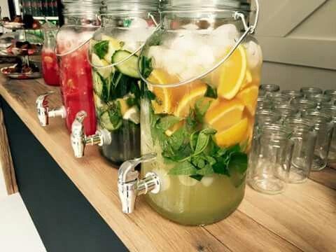 Limonade met fruit, groenten en kruiden.  Citroen met munt, gember met komkommer en watermeloen met sinasappel. Alle van DiT!