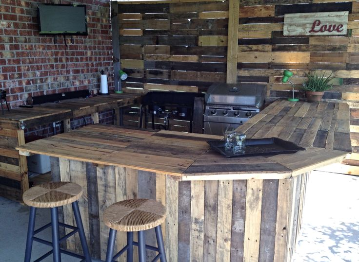 Outdoor kitchen made from pallets. A great way to recycle pallet wood!