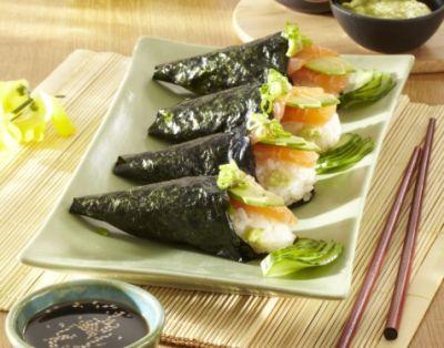 Temaki sushi s lososem a avokádem (Japonsko)