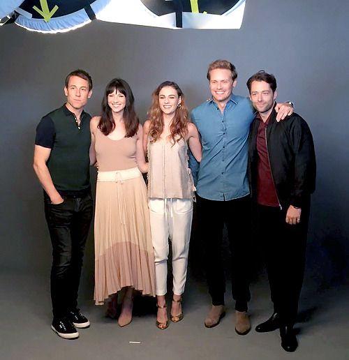 Sam Hueghan, Tobias Menzies, Sophie Skelton, Caitriona Balfe and Richard Rannkin pose for EW at SDCC2017 in San Diego on Friday (Juli 21, 2017) | x