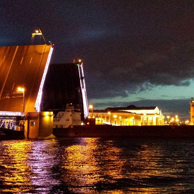 #whitenight #bridge #sanpetersburg #neverdark #nevabynight #pontiaperti #nottibianche #sanpietroburgo #navisullaneva