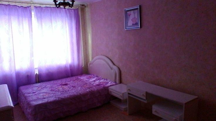 Продам кгт 33 м2 в цетнральном районе  Кемерово  Продам 2 комнатную КГТ 33м2, (33/17/8,5), в центральном районе. В гостинке стеклопакеты, линолеум, ж.дверь, водосчетчики. С мебелью и бытовой техникой: 2 спальная кровать, тумбочки, т.столик, пуфик, комод, 3 створчатый шкаф, эл. Плита, холодильник, кухонные  шкафы, рабочий и обеденный столы,  мойка, табуретки, зеркала, картины, люстры, часы, шторы, тюль, покрывала. Собственник!