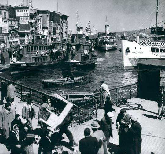 Karaköy vapurlar yolcular / 1954 Milan Pavic fotoğrafı Istambul - dio luke na Bosporu http://ift.tt/2oZqnqE