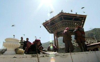 Conheça o Butão, considerado o país da felicidade O país viveu isolado durante séculos. O terreno acidentado e o difícil acesso ajudaram o povo a preservar a harmonia e as tradições. Há 60 anos é que o Butão começou a ter contato com o resto do mundo.