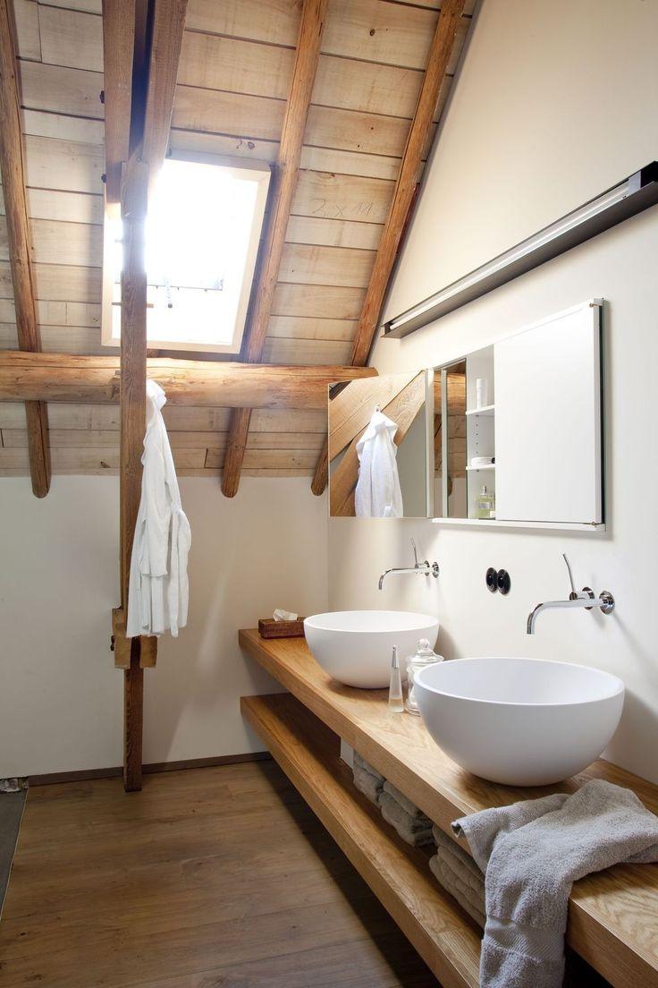 Mooie badkamer met dubbele wastafel en houten elementen