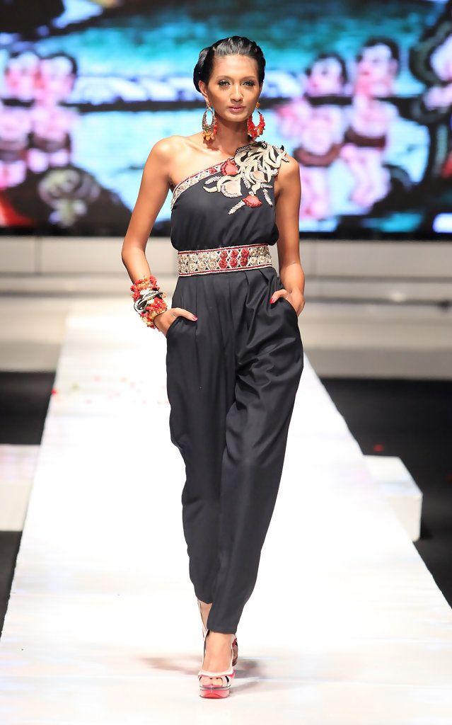 http://www.zimbio.com/pictures/QnEwQeRwgQG/Jakarta Fashion Week 2009 10 Day 6/BoJCXVVeAjl