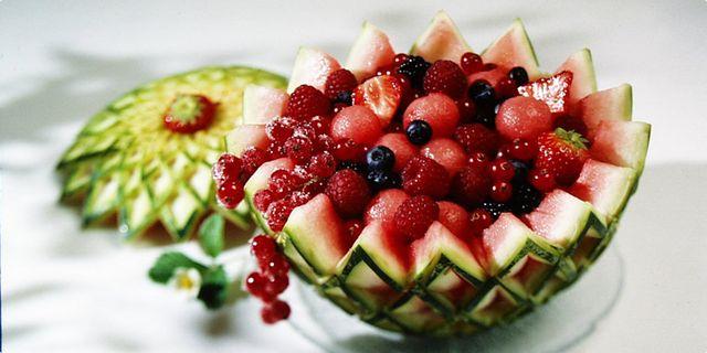 Ovocný salát v melounu. Recepty — Podravka | S Podravkou chutná lépe