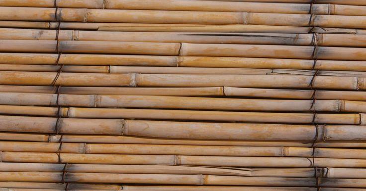 Como fazer arroz em uma panela a vapor de bambu. Cozinhar arroz a vapor em uma panela no fogão pode ser um problema para alguns chefs. Quando cozido assim, pode grudar ou queimar antes de estar completamente cozido, deixando grande parte impossível de comer. Chefes asiáticos optam por preparar o arroz em uma panela a vapor de bambu, que o cozinha leve e uniformemente, deixando-o soltinho e macio.