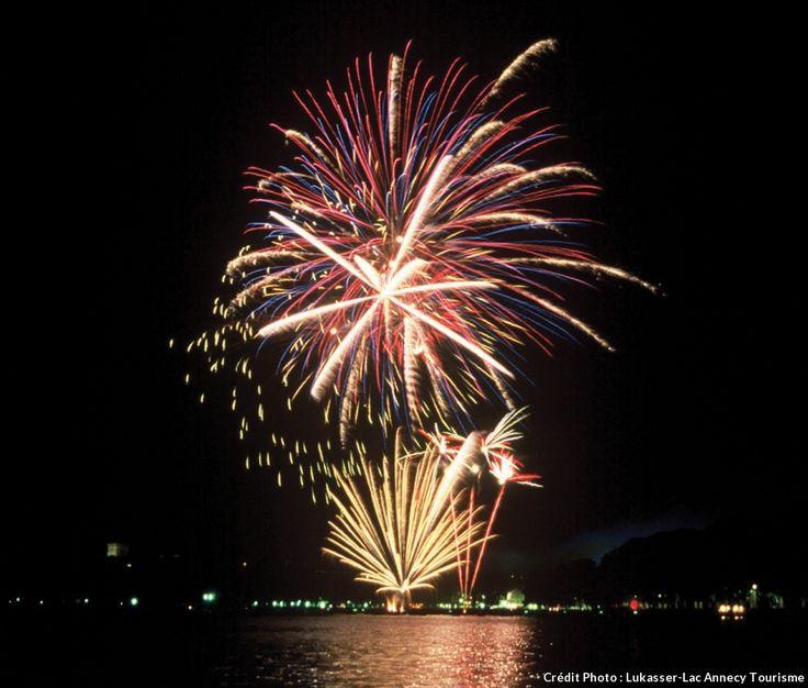 Feu d'artifice du 14 Juillet sur le lac d'Annecy, France