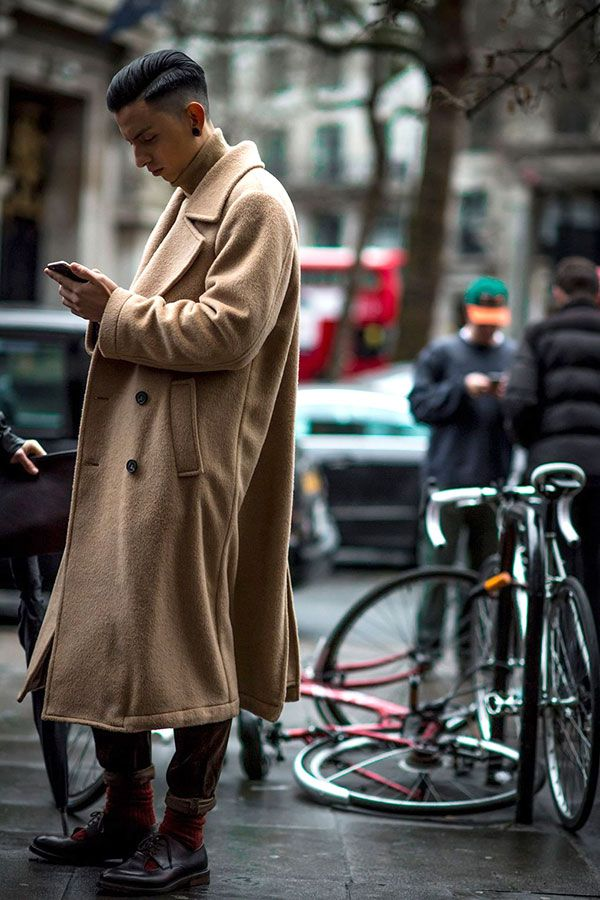 2017-02-24のファッションスナップ。着用アイテム・キーワードはコート, ドレスシューズ, ニット・セーター, パンツ,etc. 理想の着こなし・コーディネートがきっとここに。| No:196680