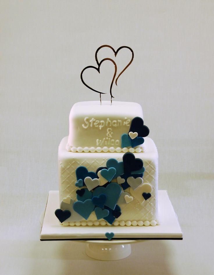 Weddingcake blue hearts