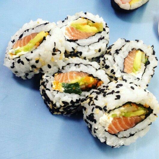 My first time making sushi :D #sushi #japanesefood #delicious #yummy #asianfood #comidaoriental @ticketsporfavor @globalgourmetmarket