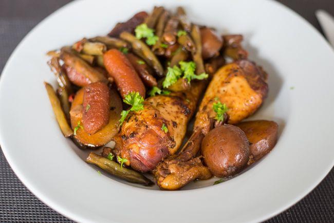 Het fijne van een slowcooker? Alles bij elkaar in één pan gooien! Met deze Honing-Knoflookkip gaarde ik ook de aardappeltjes en groenten mee. Lekker!