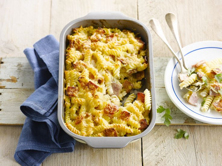 Macaroni met ham en kaas, het is de favoriete pasta van alle kinderen. Deze versie is met spirelli in plaats van macaroni. Een aanrader! Bang voor de calorietjes? Moet je lactosevrij eten? Dan is deze versie met Alpro Cuisine jouw smakelijke redding! http://koken.vtm.be/recept/gegratineerde-pasta-met-ham-en-kaas