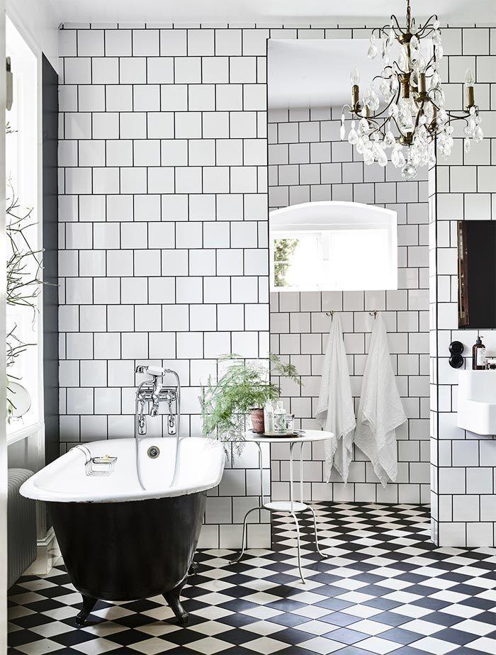 bano-paredes-azulejos-blancos-juntas-negras-banera-exenta-arana-techo-suelo-damero