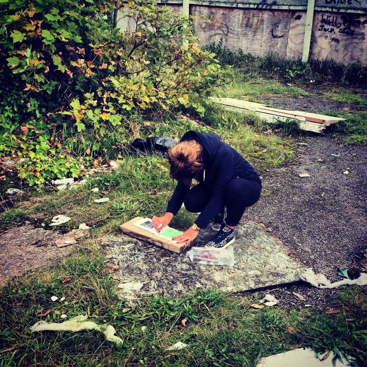 Shaunee taking textural rubbings