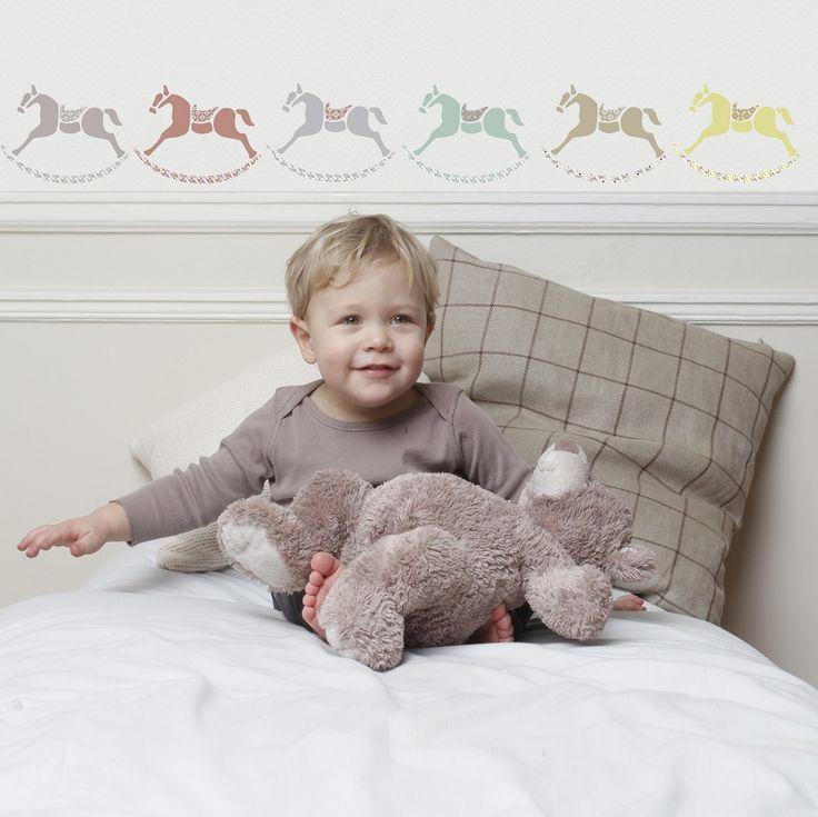 Adorables caballitos de madera que darán un toque original y alegre a la habitación de los niños. Se incluye manual de instrucciones para su colocación. Fabricado en Francia y realizado con tintas ecológicas.