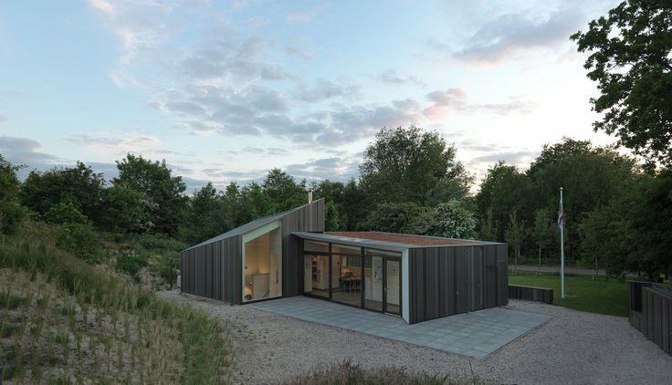 Op Schiermonnikoog is een vakantiewoning naar ontwerp van De Zwarte Hond opgeleverd.