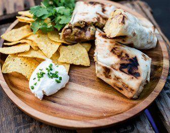 Kampvuur gegrilde burrito's met ham en ei