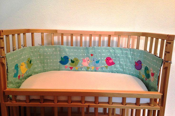 Selbst genähtes Nestchen für ein Kinderbett mit bunten Vögelchen