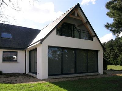 Sarzeau : pignon avec large porte-fenêtre, balcon au-dessus