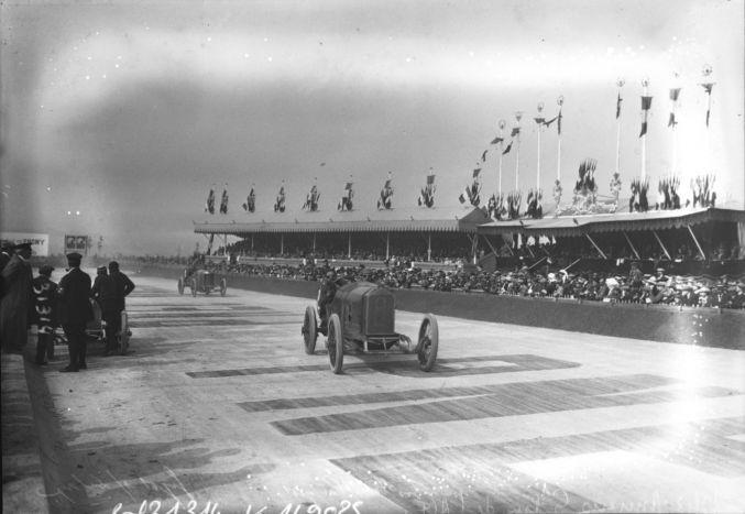 12-07-1913, Amiens, Grand prix de l'A.C.F., Boillot sur Peugeot, Guyot sur Delage (devant les tribunes) | Photographie de presse : Agence Rol