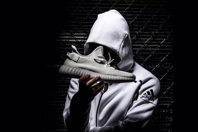 有史以來最美的YEEZY!adidas Originals祭出世紀最強白鞋YEEZY BOOST 350 V2「Cream White」 | manfashion這樣變型男-最平易近人的男性時尚網站