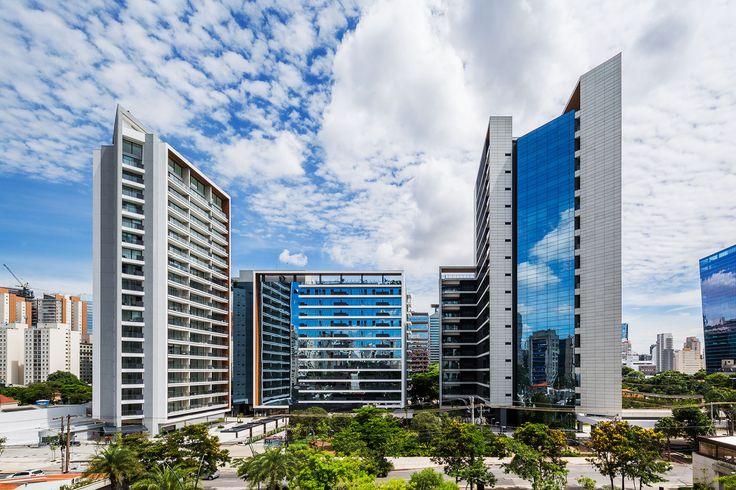 Construído pelo Aflalo & Gasperini Arquitetos na São Paulo, Brazil na data 2015. Imagens do Ana Mello. O FL 4300 é um conjunto de uso misto (residencial e comercial) de condição urbanística única em São Paulo, constituíd...