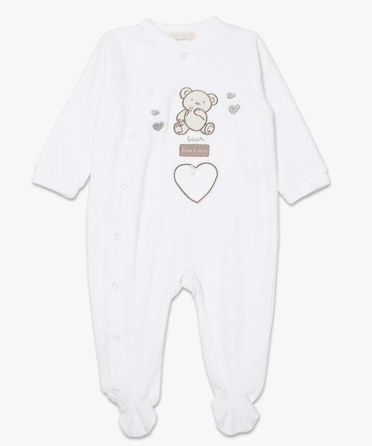 Un motif ours trop chou, des détails argentés et un empiècement coeur fantaisie, pour un dors-bien qui nous donne envie de câliner bébé! Ce dors-bien tout doux en velours ras possède une ouverture côté du pied jusqu'au col.
