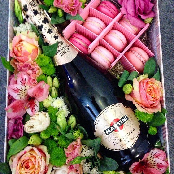 Martini flowers macaron gift мартини подарок макаруны и цветы макарунс киев +380504425029