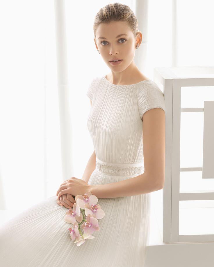 Vestido de noiva de musselina de seda com trabalhado em brilhantes. Coleção 2016 Rosa Clará