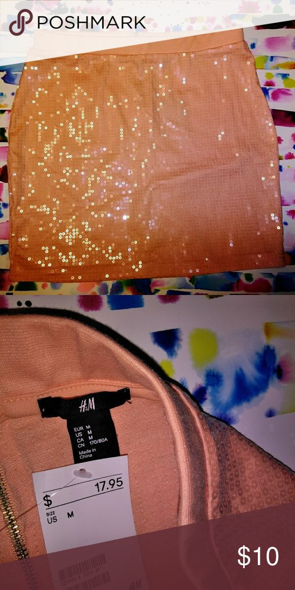 NWT Mermaid Peach H&M Mini Sequin Skirt This skirt is perfect for going out and beach nights.  The sequins really give it that Mermaid shine.  Size medium from h&m. Nwt. H&M Skirts Mini