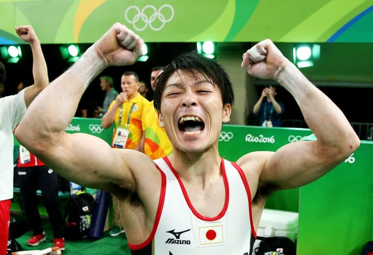 リオ五輪第5日。体操。男子個人総合、最後の種目鉄棒で大逆転、2連覇を果たした内村航平が喜びを爆発させる=ブラジル・リオデジャネイロ