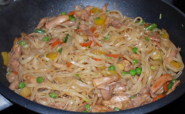 Рисовая лапша с курицей WOK