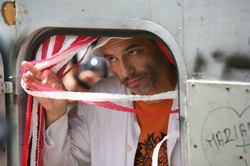 Rudolf Péter, mint Kakszi Lajos alias Lali, a büfés és álmodozó (Üvegtigris, 2001 r: Rudolf Péter és Kapitány Iván)
