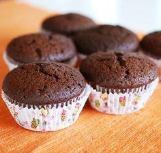 Con la harina de algarroba podemos hacer una gran variedad de dulces, como estas ricas magdalenas que muchas veces no se distinguen de las de chocolate y son más saludables. Ingredientes para 12 ma...