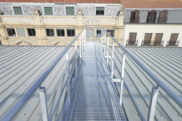 Pasarelas de acero galvanizado para garantizar la seguridad en la azotea del Centro Comercial La Bretxa de San Sebastián-Donostia.