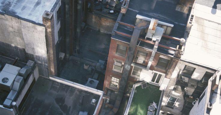 Cuál es el propósito de la grava en un techo plano. Un techo con una pendiente plana o baja a menudo no es una superficie adecuada para las tejas u otros materiales de techado ya que la humedad no puede fluir fuera de ellos. Una solución a esto es un techo edificado o de alquitrán y grava, donde se aplican varias capas de asfalto caliente o de betún, papel de alquitrán y una membrana impermeable y ...