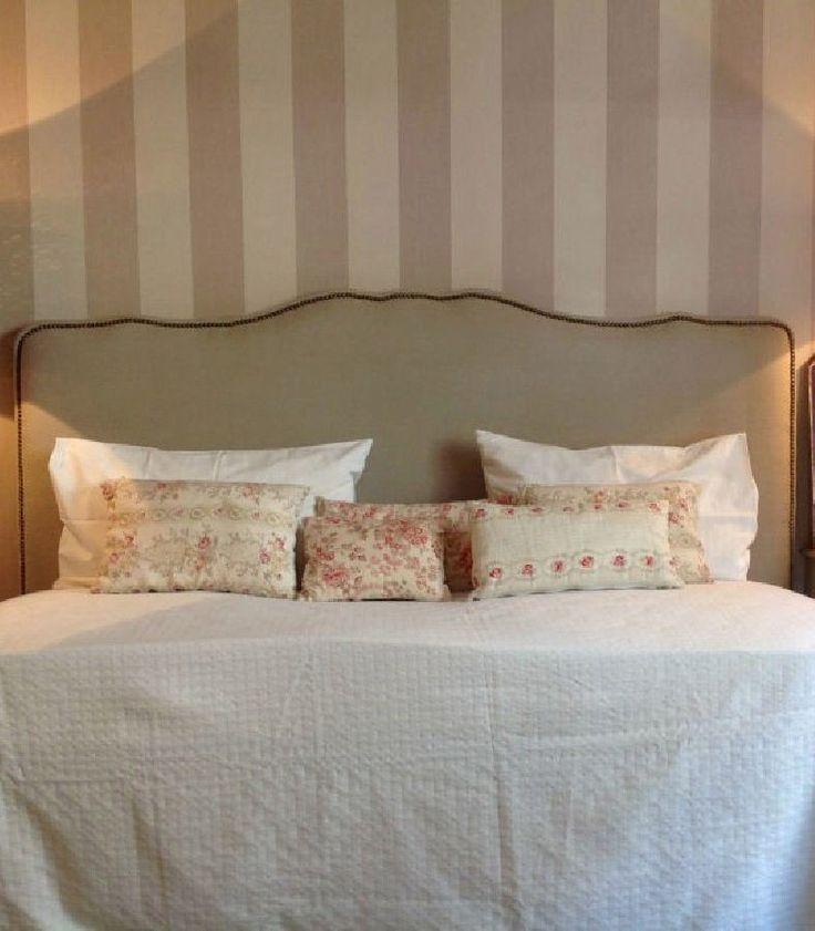 Cabecero tapizado en tela de lino natural con terminación de tachuelas en todo su perímetro que se vende en vilmupa en distintas medidas