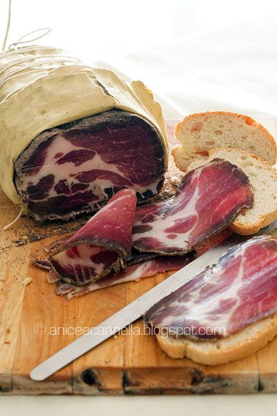 Come fare il capocollo in casa.    How to Make capocollo at home.    Widespread in many regions, or Capocollo Cup, is a seasoned salami, obtained by processing of the upper portion of pork neck and part of the shoulder, hence the name that identifies it. E 'a valuable cut of meat, a part appreciated for the lipid component and for the moire homogeneous.