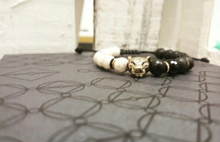 Cat bracelet avaliable at Www.auroradelavega.com worldwide deliveries dhl or fedex