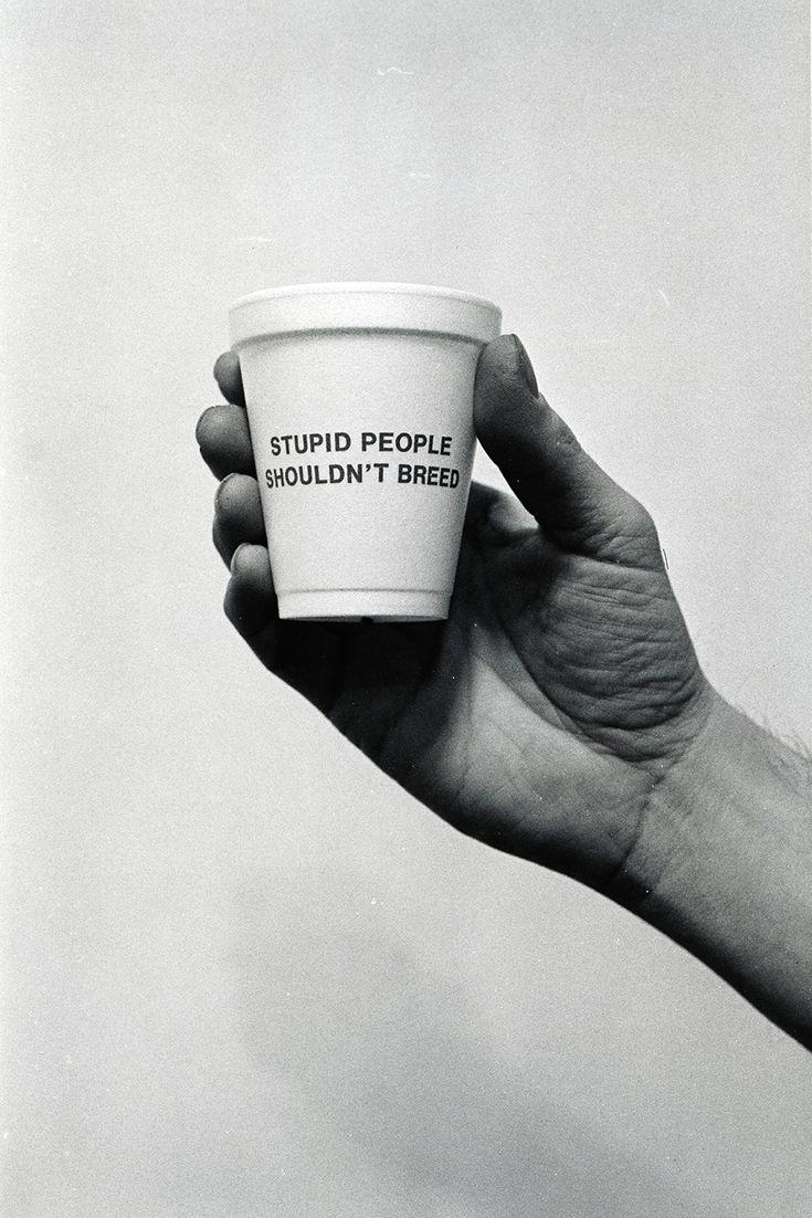 """Jenny Holzer, taza 1984: """"La gente estúpida no debería respirar""""."""