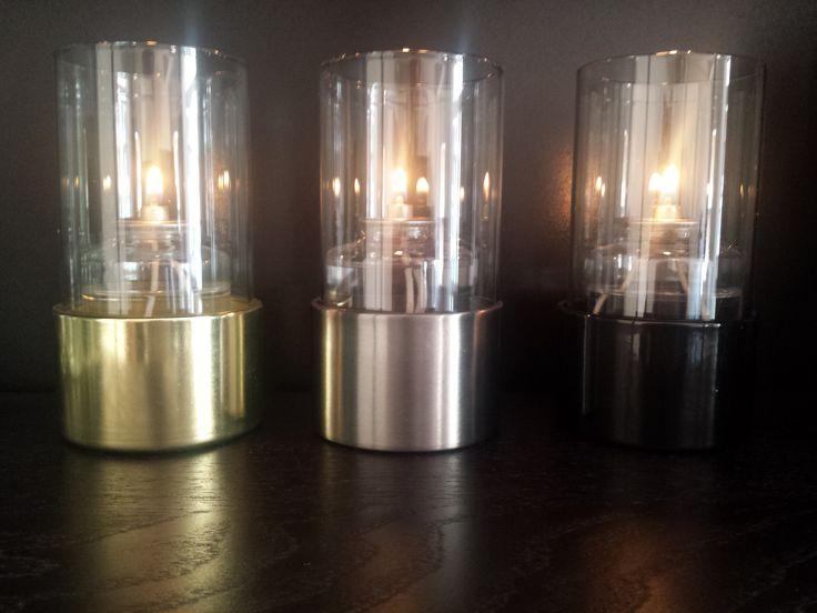 Las bases metálicas de estas porta lámparas de parafina líquida están disponibles en color dorado, plateado o negro.