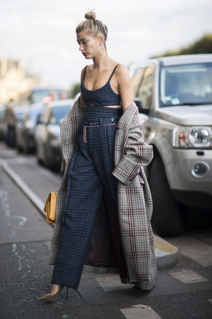 Çizgililerin Ezeli Rakibi Ekoseli Tasarımlar Fotoğraf: Søren Jepsen Çizgililerin Ezeli Rakibi Ekoseli Tasarımlar Bu sezon podyumlarda çizgililere karşı üstünlüğünü ilan eden ekoseli tasarımlar, sokağa çıkmak için daha fazla bekleyemedi. 2017 İlkbahar/Yaz moda haftaları sırasında New York, Londra, Milano ve Paris sokaklarının söz sahibi sokak stili yıldızları, en prestijli markaların şovlarını izlemeye giderken ekoseli tasarımları tercih etti…