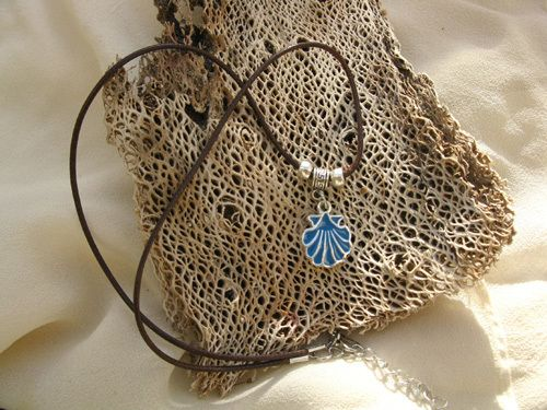 Camino walk necklace ~ A lovely gift with meaning. This charming blue metal scallop shell / concha de vieira is the symbol of the Camino de Santiago