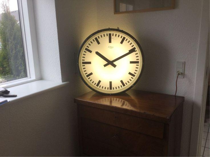 Stationsur, Eltime, DSB perron ur 2 sidet: ca fra 1960'erne. Lavet af danske Eltime, det er et elektronisk ur og alt indmaden er intakt, der skal selvfølgelig strøm til på en måde for at få uret til at kører rundt, lyset virker fint. Det kræver en central styrer for at få uret til at kører. Vurdering 1.500  Flot ur hvis man ønsker et industrielt look i hjemmet.  Størrelse.  Diameter: 56 cm Dybde: 21,5 cm