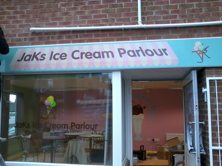 Jak's Ice Cream Parlour serves gluten free menu options.    The ice creams and all cones are gluten free along with a variety of sundaes. Gluten free pancakes, waffles, crumpets and other snacks are available upon request. #coeliac @JaKsIceCream
