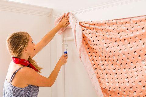 Fácil de aplicar e de remover da parede, o tecido pode ser uma boa opção para quem mora de aluguel e quer dar um up na decoração